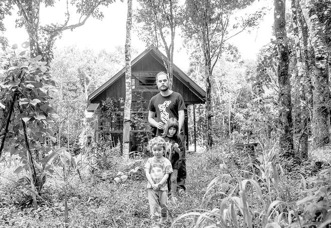 Goura com as filhas Sofia, de 5 anos, e Tulasi, de quase 3, frutos da união com  Elenice Guimarães. | Brunno Covello/Gazeta do Povo