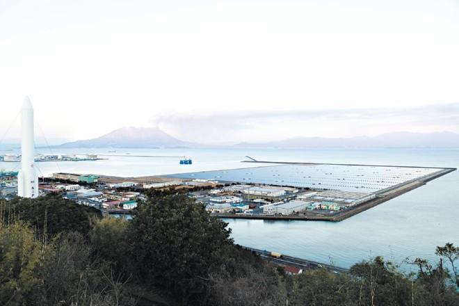 Empresas de energia do Japão dizem que não têm a infraestrutura para lidar com todo a energia solar sendo gerada. Uma usina solar na província de Kagoshima | Ko Sasaki /The New York Times