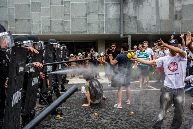 Em fevereiro passado, a pressão do funcionalismo acabou no confronto de manifestantes com a tropa de choque da PM. | Brunno Covello/Gazeta do Povo
