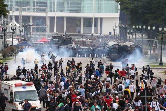Servidores  e policiais se enfrentam em frente da Assembleia, quando deputados discutiam o projeto. | Ivonaldo Alexandre/Gazeta do Povo