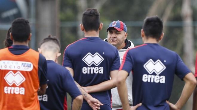 Luciano Gusso, durante treino no CT Racco: treinador ganhou um voto de confiança dos torcedores do Paraná. | Henry Milleo/Gazeta do Povo