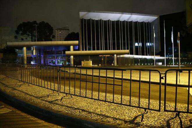 No fim da  noite de domingo, 26, grades foram instaladas na Praça Nossa Senhora de Salete | Hugo Harada/Gazeta do Povo