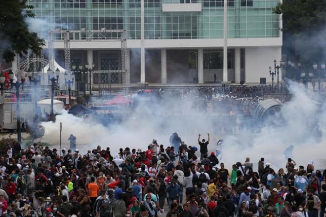 A Praça Nossa Senhora da Salete se transformou em cenário de guerra: policiais usaram bombas de gás lacrimogênio, balas de borracha e spray de pimenta para dispersar os servidores.   Ivonaldo Alexandre/Gazeta do Povo