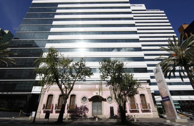 Resquício da arquitetura neocolonial, casa de David Carneiro contrasta com as torres modernas ao fundo. | Aniele Nascimento/Gazeta do Povo