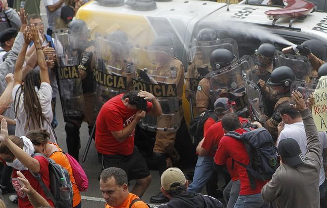 Policiais usaram bombas de gás lacrimogêno e spray de pimenta para dispersar os manifestantes que se reuniram no Centro Cívico para impedir a votação do projeto.   Jonathan Campos/Gazeta do Povo