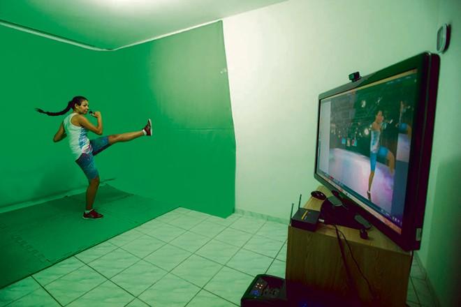 Aulas de educadores físicos são transmitidas em tempo real. | Brunno Covello/Gazeta do Povo