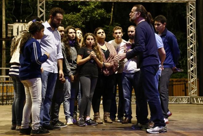 Aparecido Massi faz marcação com voluntários no ensaio geral de quarta-feira.   Hugo Harada/Gazeta do Povo