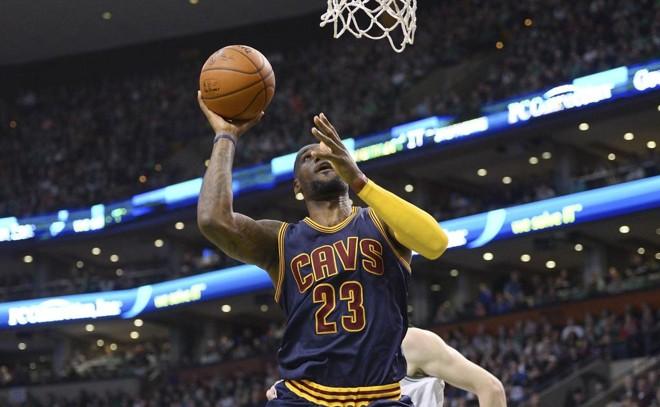 LeBron James ajudou oCleveland Cavaliers a vencer o Boston Celitcs pela quarta vez e avançar às semifinais. | CJ Gunther/EFE