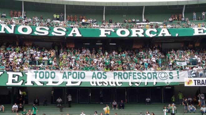 Torcida do Coritiba pendurou uma faixa em apoio aos professores e protestou contra o governador Beto Richa. | Albari Rosa/Gazeta do Povo