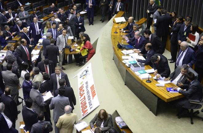 Apesar dos apelos de petistas para adiar a votação, a maior parte dos partidos defendeu em plenário a votação, em segundo turno, da PEC. | GUSTAVO LIMA/