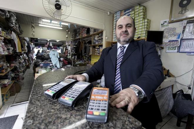 Para o empresário Ibrahim Charchich, operadoras fazem boas promoções mas apertam nos custos para o lojista.   Henry Milleo/Gazeta do Povo