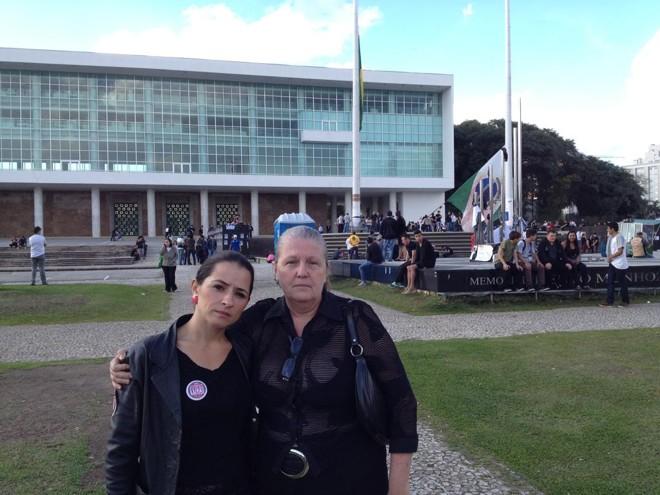 As professoras Talita Nascimento e Thereza Christina Duarte vestem preto em  sinal de luto | /