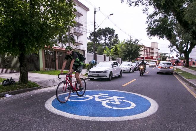 Círculos azuis criados recentemente pela prefeitura de Curitba indicam as melhores rotas para os ciclistas na cidade. | Brunno Covello/Gazeta do Povo