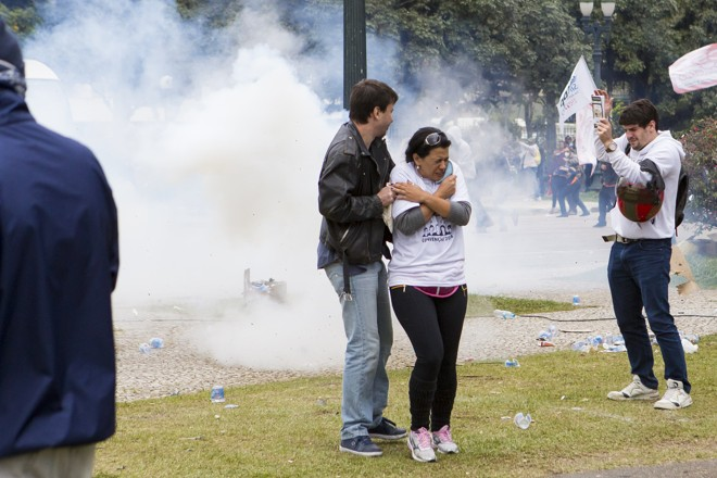 Professores  em confronto com a polícia no dia  29 de abril: caso será investigado pelo Ministério Público Federal. | Brunno Covello/Gazeta do Povo