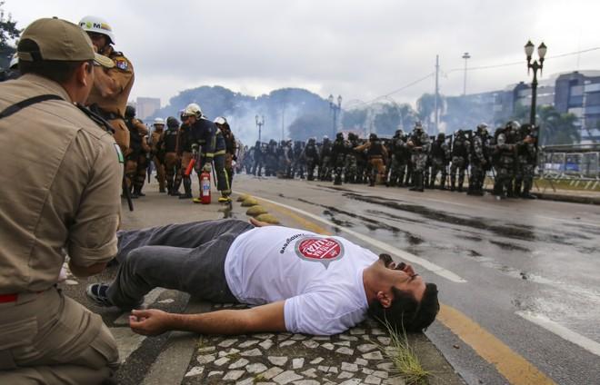 Manifestante ferido durante ação da PM no Centro Cívico | Daniel Castellano/Gazeta do Povo