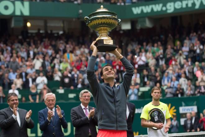 Roger Federer levanta seu oitavo troféu no torneio disputado na Alemanha, em dez finais disputadas: hegemonia. | Roger MAJA HITIJ/EFE