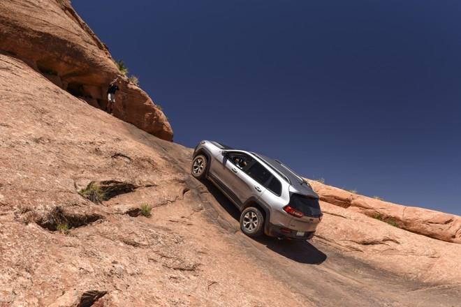 O Cherokee Trailhawk praticamente escalou as formações rochosas da região de Moab. | Barry Hathaway/Divulgação Jeep