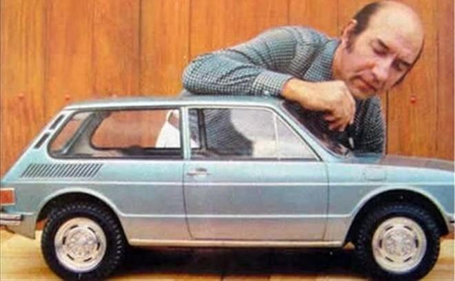 Piancasteli posa com a maquete da Brasília em 1982. | Reprodução