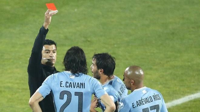Sandro Meira Ricci e o polêmico cartão vermelho para Cavani. | Carlos Succo/EFE