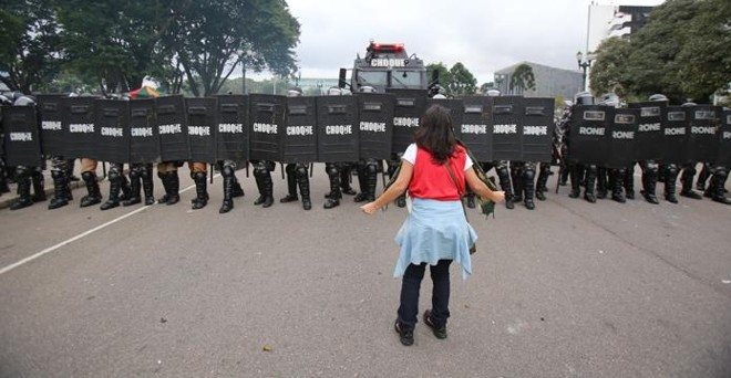 No dia 29 de abril, a tropa de choque da PM avançou sobre os manifestantes que protestavam contra o projeto que reformou a Paranaprevidência. | Daniel Castellano/Gazeta do Povo