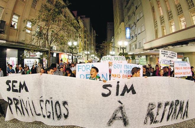 Manifestação em Curitiba em junho de 2013 pede a reforma política: votações no Congresso frustram expectativas do eleitorado.   Hugo Harada/Gazeta do Povo