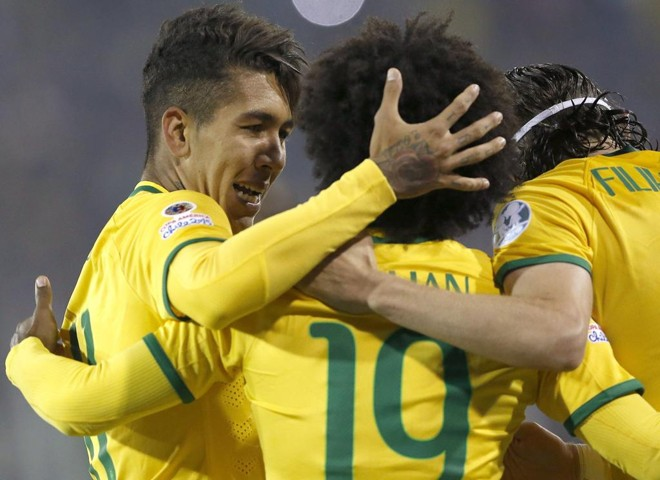 Roberto Firmiino comemora com William e Filipe Luís o gol que garantiu a classificação brasileira   FELIPE TRUEBA/EFE