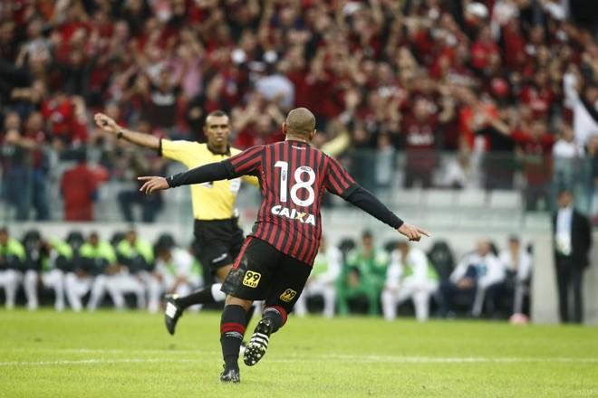 Walter corre para comemorar o gol marcado em um raro momento de vacilo coxa-branca na marcação ao atacante rubro-negro. | hugo Harada/Gazeta do Povo