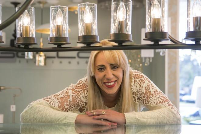 Cada vez mais baratas, lâmpadas LED vem conquistando o consumidor, diz Camila Feres, supervisora de iluminação do Irmãos Abage.   Marcelo Andrade/Gazeta do Povo