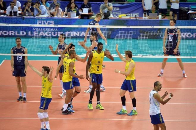 Jogadores do Brasil comemoram a vitória por 3 sets a 0 sobre os italianos: liderança mantida. | Divulgação/FIVB