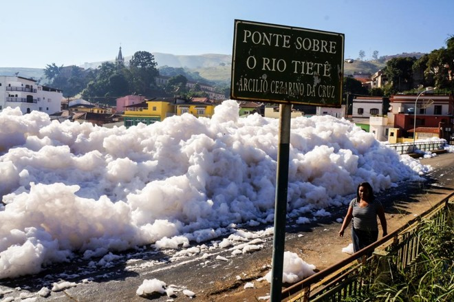 A espuma formou grossa camada e invadiu as margens de vias em Pirapora de Bom Jesus, na Grande São Paulo | Rafael Pacheco/Fotos Públicas