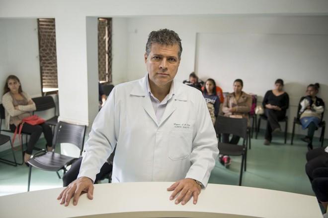 O obstetra Wagner Dias na Unidade de Saúde Mãe Curitibana: sinceridade sobre os riscos. | Henry Milleo/Gazeta do Povo