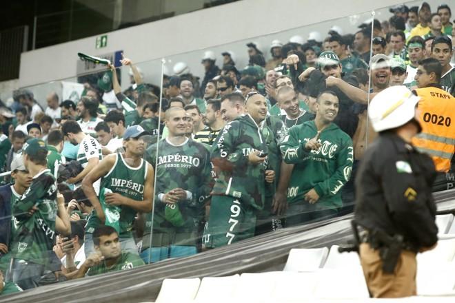 Três vidros como este na divisão entre as torcidas foram quebrados na empolgação do segundo gol do Coritiba. | Hugo Harada/Gazeta do Povo