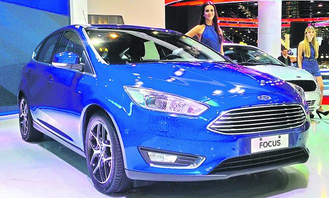A grade hexagonal e os faróis mais espichados são a nova identidade global da Ford.  