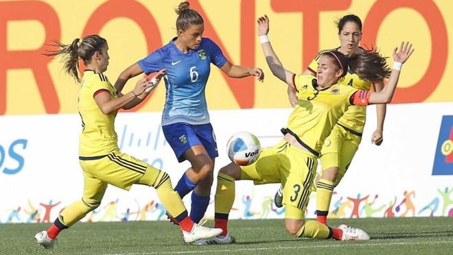 Tamires enfrenta a marcação colombiana: jogadora iria tirar fotos com a medalha quando teve sua bolsa roubada. | Rafael Ribeiro/CBF