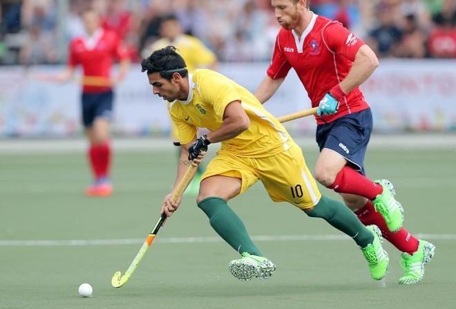 Matheus Borges disputa a bola contra JamieZarhi do Chile. | Matt Detrich/USA Today Sports