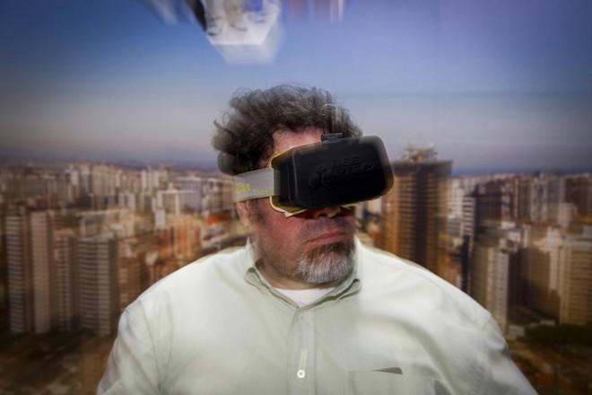 José Evangelista Terrabuio Jr mostra um protótipo do Beenoculus | Henry Milléo/Gazeta do Povo