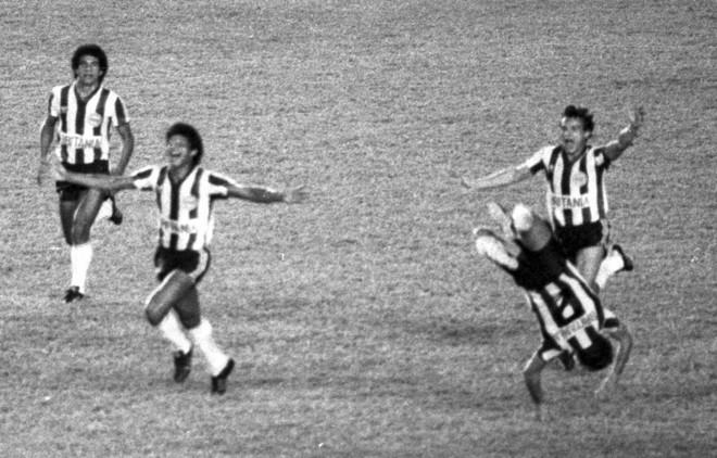 Invasão de gramado, show com mulatas, provocação de chefe atleticano marcam a noite histórica de 31/7/85 . | Arquivo/Agência O Globo