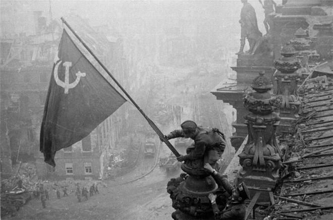 Soviéticos fincam a bandeira vermelha em Berlim, no dia 2 de maio de 1945.  Obra relembra os  últimos dias do Terceiro Reich. | Yevgeny Khaldei,/Divulgação