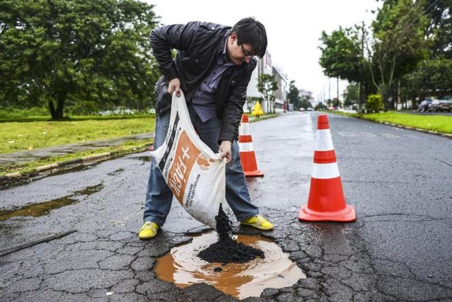 O empresário David de Araújo é franqueado da +Fácil Asfaltos, em Foz do Iguaçu: pavimentação a frio para pequenas obras. | Marcos Labanca/Gazeta do Povo