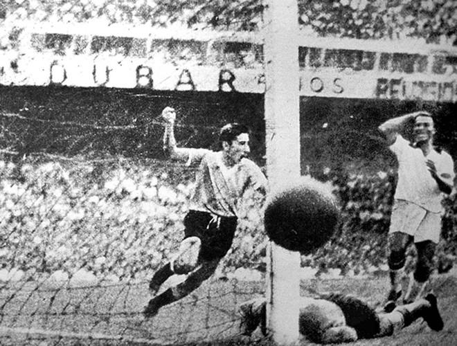 Gigghia comemora o gol que garantiu o bi do Uruguai sobre o Brasil. | /