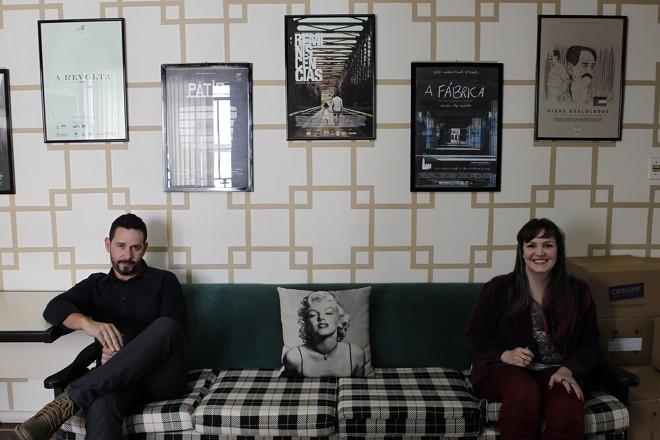 Aly Muritiba e Marja Calafange (e Marilyn Monroe) no sofá da produtora Grafo Audiovisual, em Curitiba: passaportes em dia. | Jonathan Campos/Gazeta do Povo