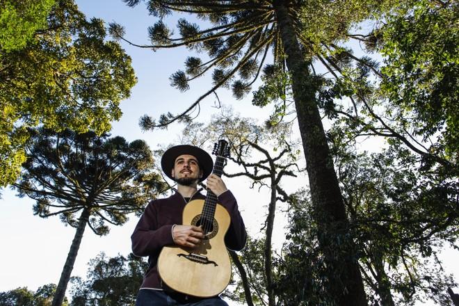 Músico mistura elementos tradicionais das diversas vertentes que compõem a música regional paranaense. Inspiração surgiu em viagens ao interior da Argentina e da Bolívia. | Daniel Castellano / Gazeta do Povo