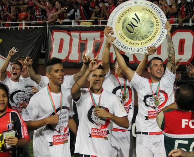 Jogadores do Joinville levantam o troféu que foi roubado na sede do clube: STJD decidiu que o título é do Figueirense. | Reprodução Joinville/