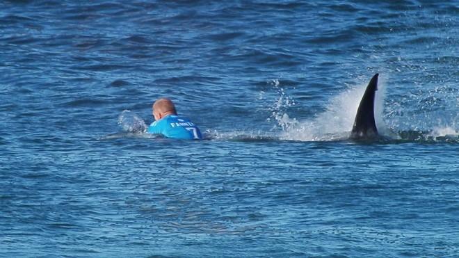 Há um mês, australiano Mick Fanning levou um susto ao esbarrar em um tubarão na etapa da África do Sul do Mundial. | Reuters/