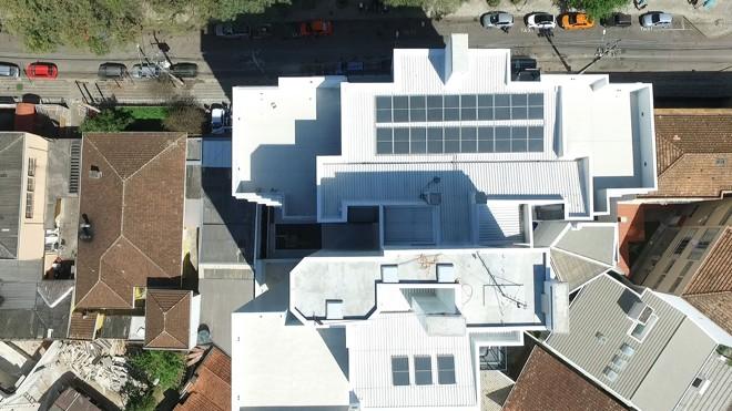 Empreendimento Ucrânia Champagnat Residence, da  Swell Construção e Incorporações: placas solares  aquecem a água dos  22 apartamentos.   DronEyess