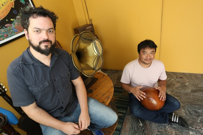 A dupla no Estúdio Astrolábio, de Vadeco: Oficina de Música acontece entre 7 e 27 de janeiro de 2016. | Ivonaldo Alexandre/Gazeta do Povo