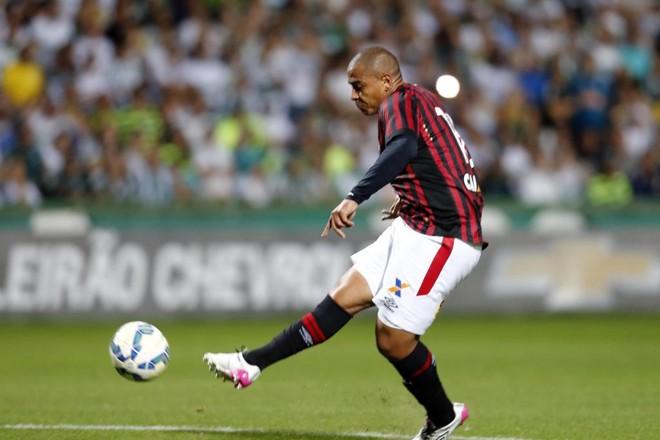 Cara a cara com o goleiro Wilson, Walter perde a chance do empate. | Albari Rosa/Gazeta do Povo