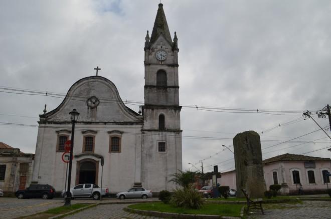 Catedral Diocesana de Paranaguá necessita de limpeza externa.   Débora Mariotto Alves/Gazeta do Povo