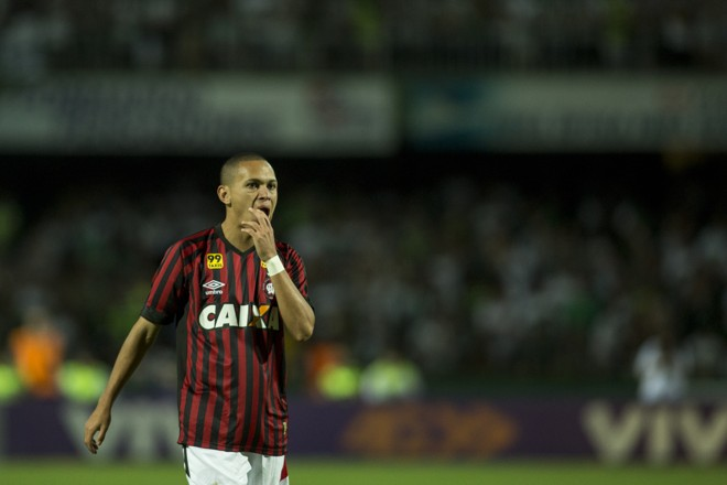 Marcos Guilherme não teve uma boa noite no Couto Pereira. | Marcelo Andrade/Gazeta do Povo