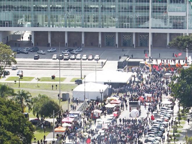 Protesto de servidores em maio, no Centro Cívico, contra o reajuste proposto pelo governo: aperto de cintos garantiu alta na receita. | Antônio More/Gazeta do Povo/Arquivo